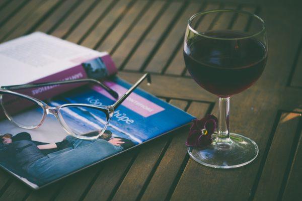 Rotwein neben einer Zeitung